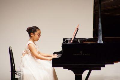 フェリーチェピアノ教室のピアノ発表会での8歳