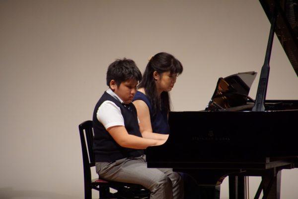 ピアノ発表会での連弾演奏